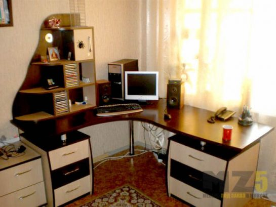 Угловой компьютерный стол с декоративными полками