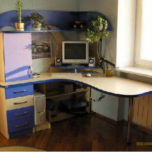 Яркий угловой компьютерный стол в детскую для мальчика