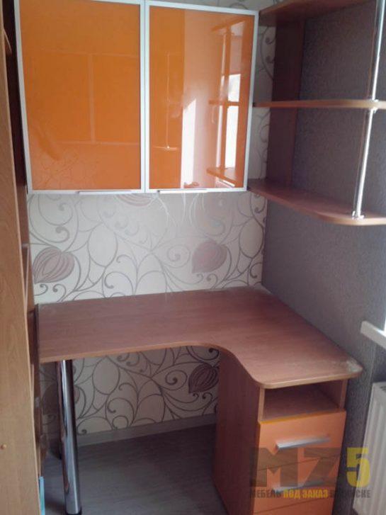 Маленький компьютерный стол из ДСП с глянцевым навесным шкафчиком и приставной тумбой