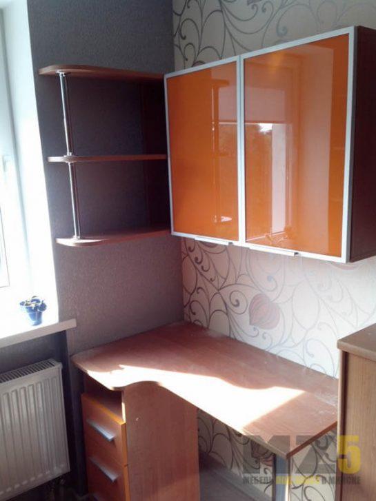 Маленький компьютерный стол из ДСП с глянцевым навесным шкафчиком