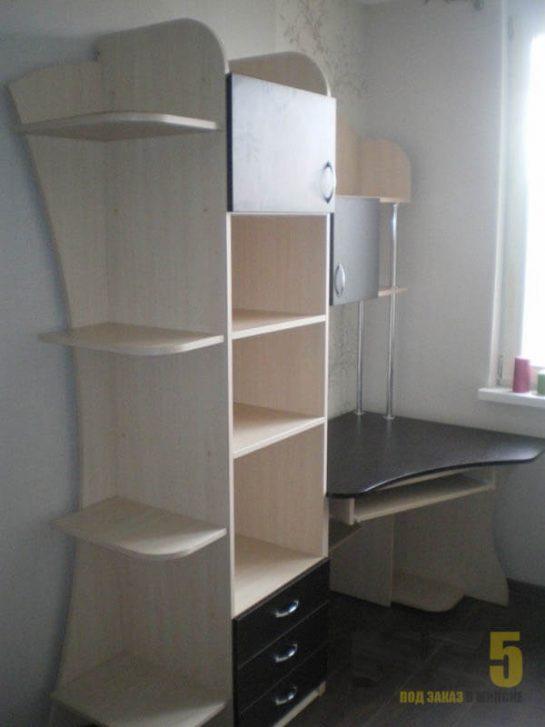 Компьютерный стол с черной столешницей и белым шкафом-пеналом