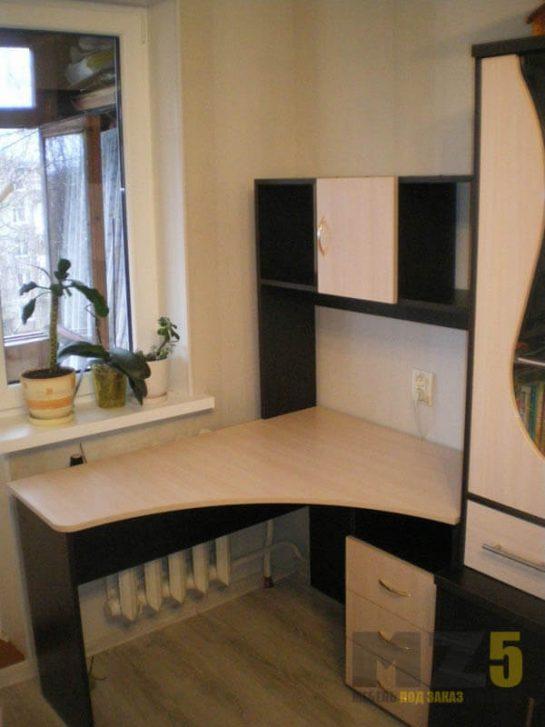 Угловой компьютерный стол бежево-черного цвета