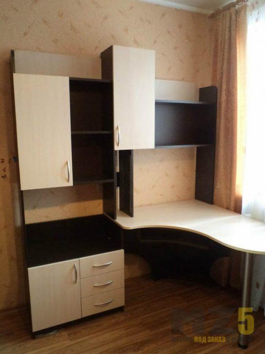 Компьютерный стол с небольшим встроенным стеллажом в бежево-черном цвете