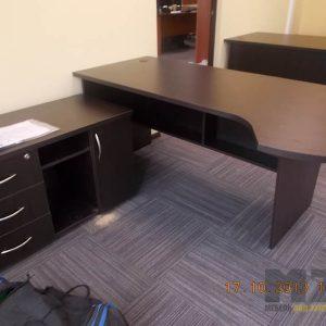 Классический компьютерный стол из МДФ в темном цвете