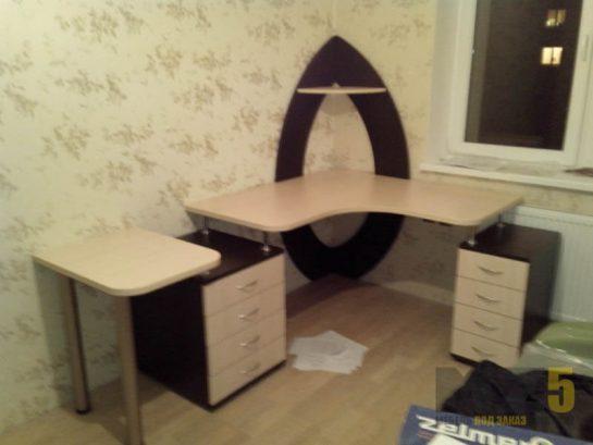 Бежево-коричневый компьютерный стол с двумя тумбами и небольшим столиком