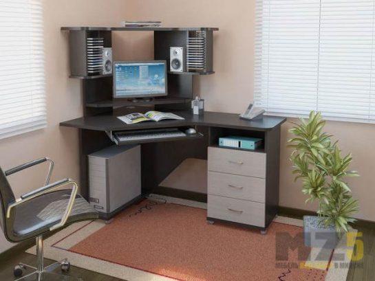 Светло-темный компьютерный стол угловой формы