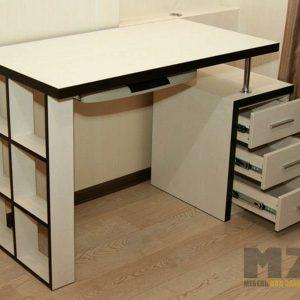 Строгий компьютерный стол с открытыми встроенными полками и тумбой
