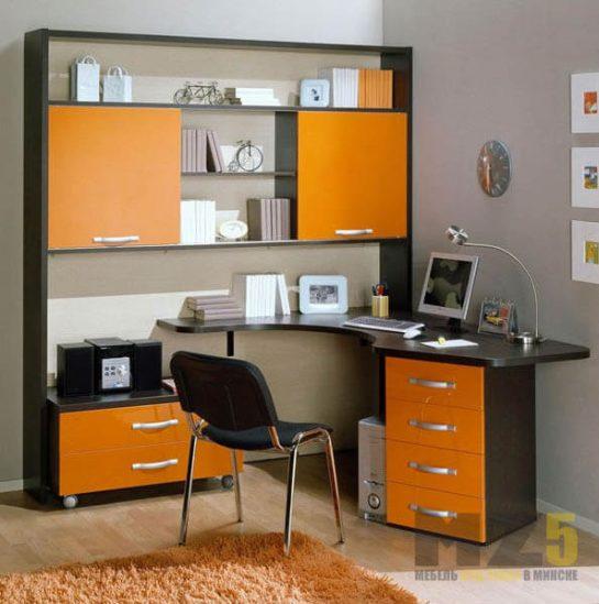 Черно-оранжевый компьютерный стол с двумя тумбами и стеллажом