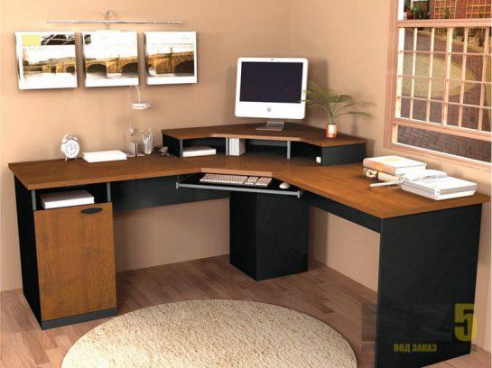 Большой угловой компьютерный стол из массива и МДФ