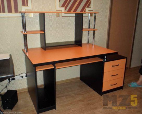 Черно-оранжевый компьютерный стол строгих форм