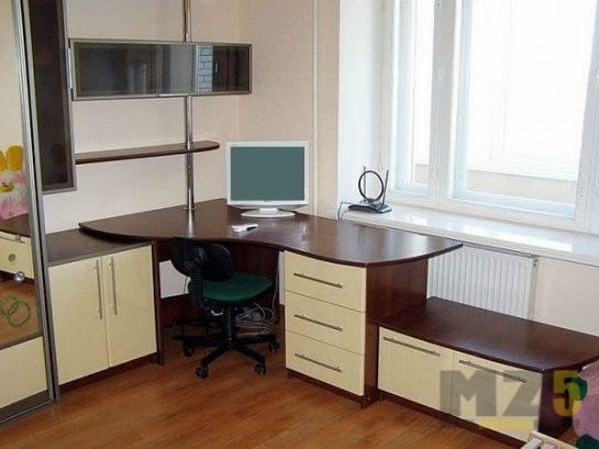 Угловой компьютерный стол с тремя приставными тумбами