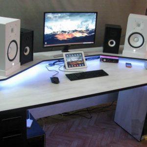 Современный компьютерный стол с приставной тумбой и подсветкой