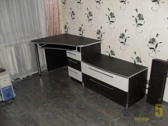 Маленький компьютерный стол с тумбой и комодом