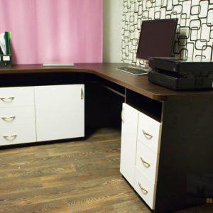 Классический угловой компьютерный стол из МДФ в бело-коричневом цвете