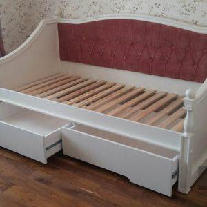 Маленькая детская кровать белого цвета