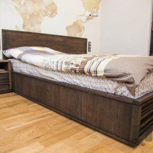Двуспальная кровать из массива дуба с тумбочкой
