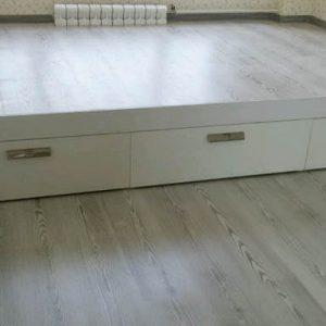 Кровать-подиум с выдвижными ящиками
