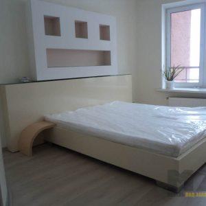 Большая белая двуспальная кровать минимализм