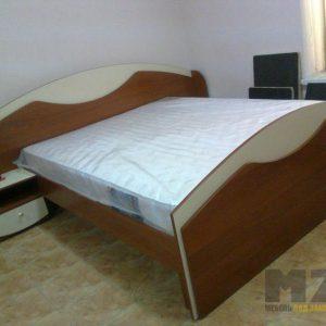 Двуспальная коричневая кровать из МДФ с небольшой тумбой