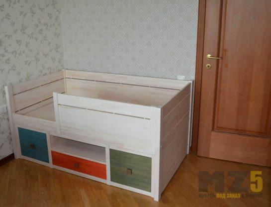 Маленькая современная кровать для ребенка трехлетнего возраста