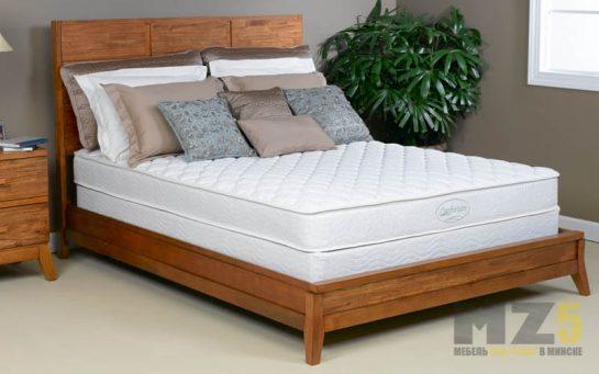 Современная двуспальная кровать из массива сосны на маленьких ножках