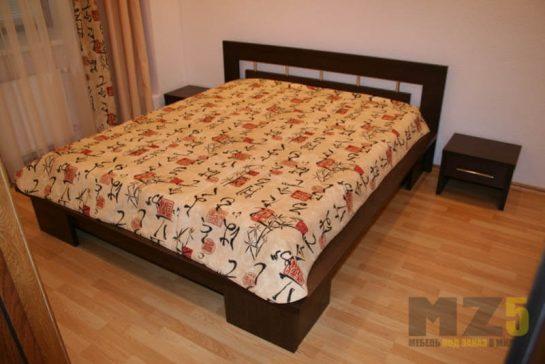 Деревянная двуспальная кровать на ножках