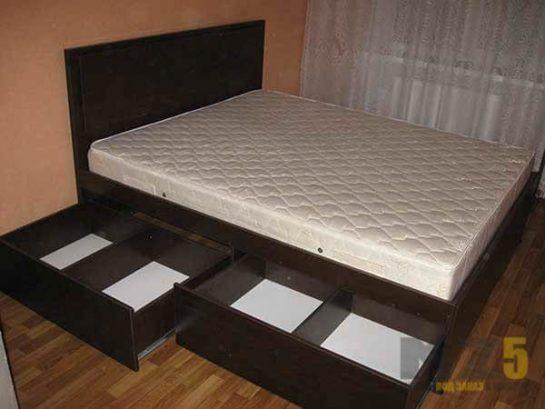 Двуспальная кровать из крашенного МДФ с выдвижными ящиками для хранения белья
