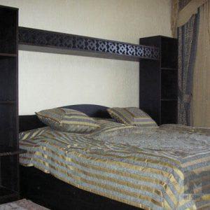Классическая черная двуспальная кровать с небольшой стенкой открытого типа