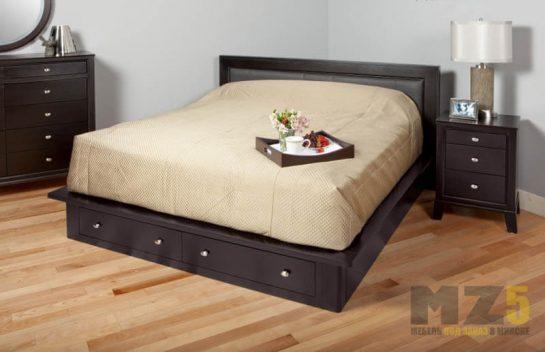 Двуспальная кровать черного цвета с выдвижными ящиками