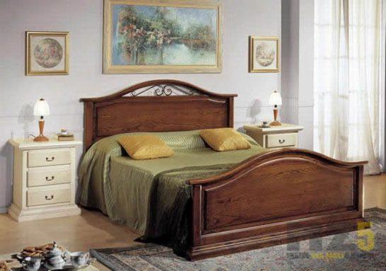 Классическая деревянная кровать в спальню