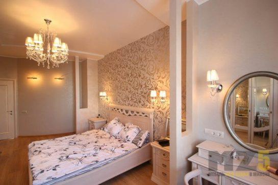 Двуспальная современная кровать белого цвета