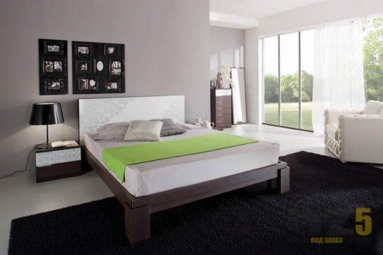 Двуспальная кровать из дерева на ножках с изголовьем