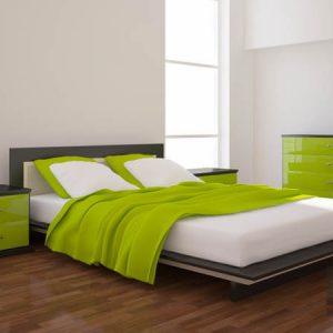 Минималистичная двуспальная кровать с комодом и приставной тумбой