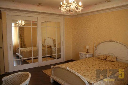 Классическая светлая двуспальная кровать