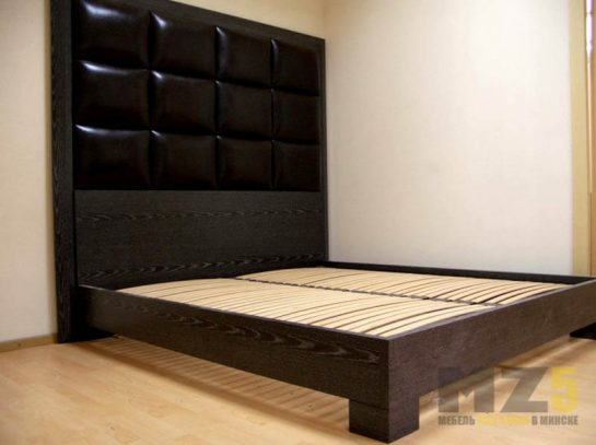 Классичекая черная двуспальная кровать с большим изголовьем
