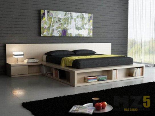 Большая двуспальная кровать из дерева с открытыми полками для книг