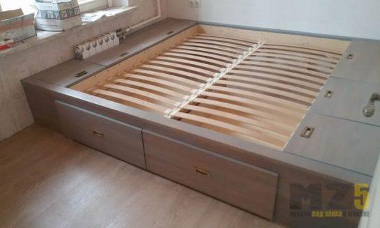 Двуспальная кровать серого цвета с элементами для хранения
