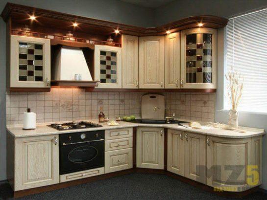 Классическая кухня из массива с подсветкой