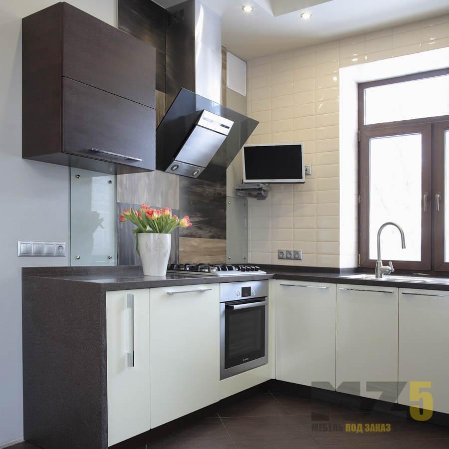 Современная угловая кухня из МДФ со встроенной техникой