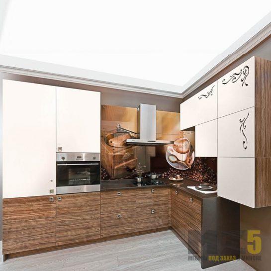 Шпонированная угловая кухня с белыми верхними шкафчиками