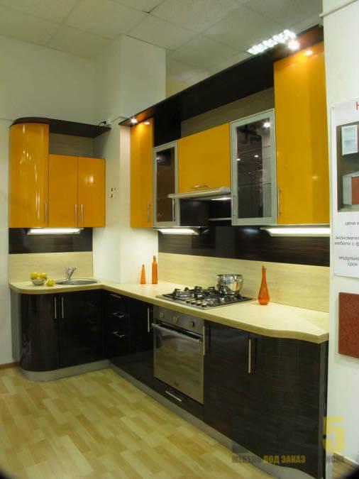 Радиусная черно-желтая кухня с подсветкой