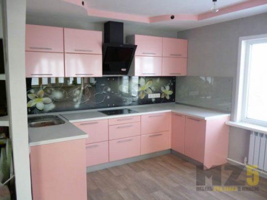 П-образная кухня нежно розового цвета