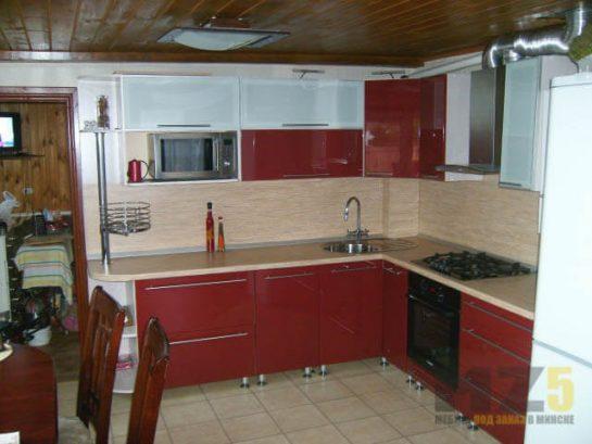 Глянцевая угловая кухня красно-белого цвета из МДФ