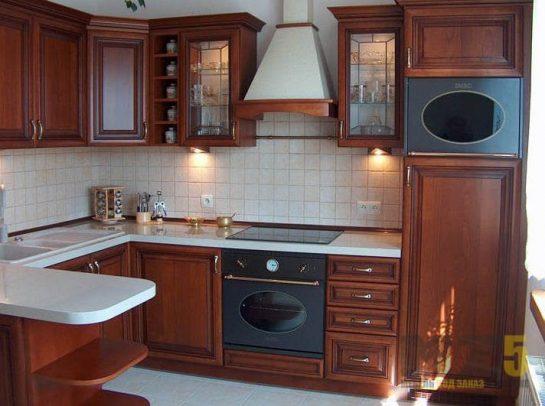 Классическая угловая кухня из массива со встроенной техникой