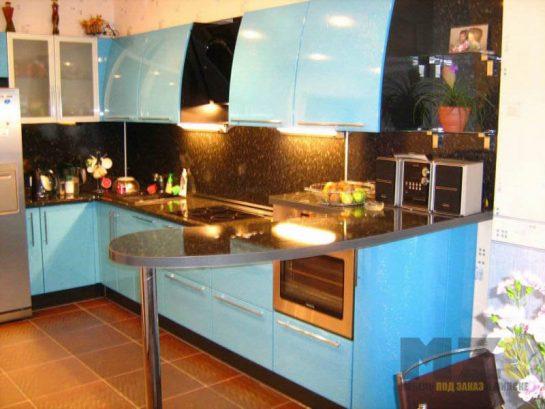 Маленькая глянцевая кухня черно-голубого цвета