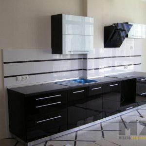 Глянцевая кухня прямой конфигурации в стиле хай-тек