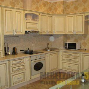 Угловая кухня кремового цвета в стиле прованс