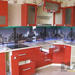 Яркая красная кухня с белой столешницей угловой конфигурации