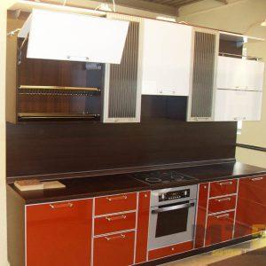 Малогабаритная глянцевая кухня из пластика линейной конфигурации