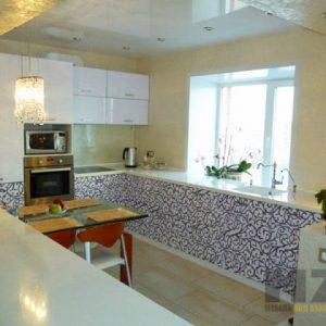 Большая глянцевая современная кухня белого цвета прямоугольной конфигурации